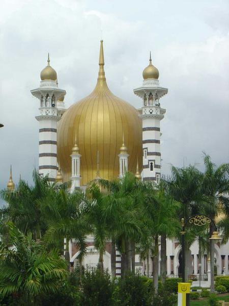 http://ibnismail.files.wordpress.com/2008/09/1117467-masjid-ubudiah-in-kuala-kangsar-1.jpg